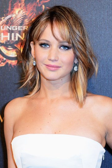 Reason we heart J-Law #38,567,835,916 – she can go from gothic to girly with zero dramas. This wavy midi cut and soft makeup are all kinds of pretty.