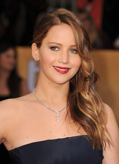 Jen's navy dress at last year's SAG Awards (you know, the one that seemed to split in two as she went up to collect her gong?) was pretty straight and sophisticated, so the stand-out red lip,  tumbling, side pony and sparkling bling added a whole new dimension to the look.
