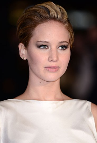Our fave sexy look of Jen's? A subtle smokey eye, lightly flushed ckeeks and a nude pout.